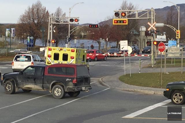 Plusieurs automobilistes ont contourné les barrières du passage... (La Tribune, Claude Plante)