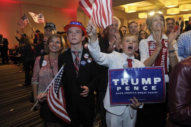 De jeunes partisans de Trump après que celui-ci... (AFP)