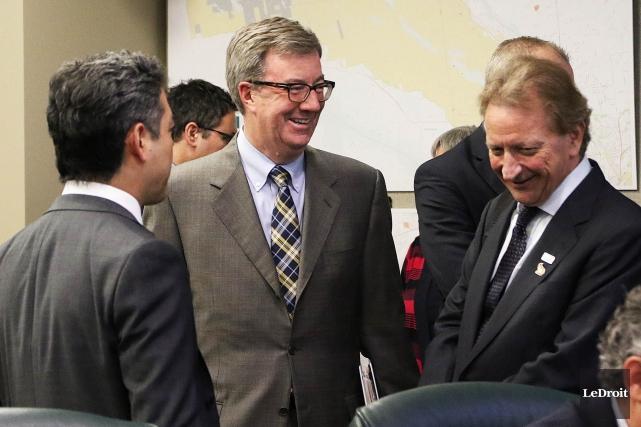 Le maire d'Ottawa, Jim Watson, et le propriétaire... (Etienne Ranger, Archives Le Droit)