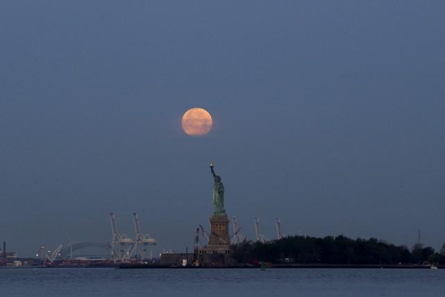 Ces «super lunes» reviennent tous les 1 an... (AP, Julio Cortez)