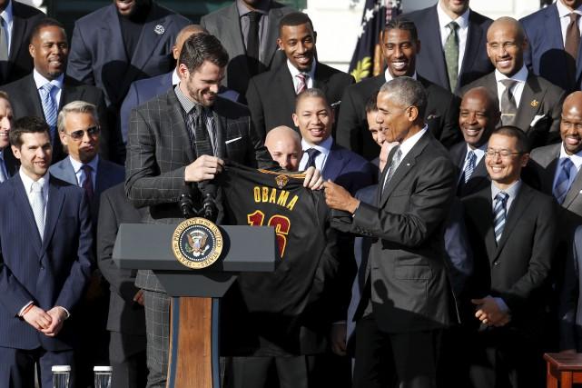Kevin Love a présenté un gilet des Cavaliers... (AP, Pablo Martinez Monsivais)