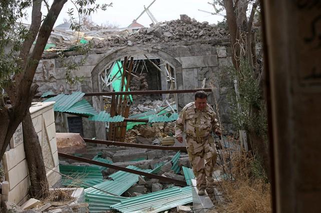 Un soldat inspecte un temple détruit par les... (PHOTO ALAA AL-MARJANI, REUTERS)