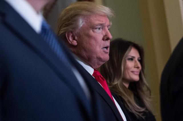 Le président désigné Donald Trump, accompagné de sa... (PHOTO NICHOLAS KAMM, AGENCE FRANCE-PRESSE)