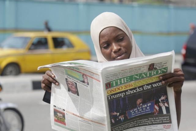 Une jeune musulmane lit dans une rue de... (photo Sunday Alamba, AP)