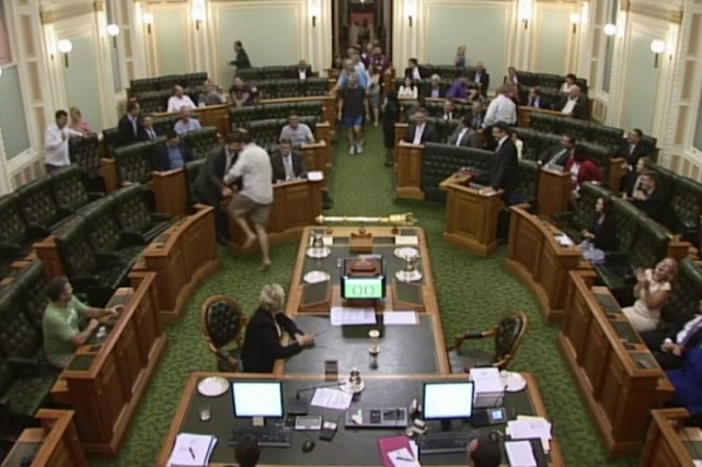 Des parlementaires australiens votent à demi vêtus 1298024-deputes-etat-queensland-arrives-courant