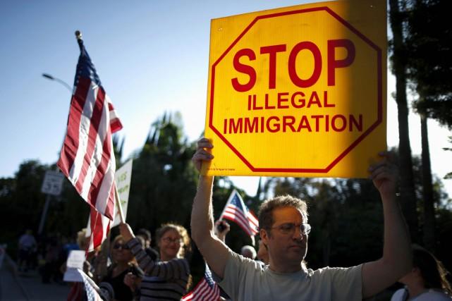 Un partisan de Donald Trump manifeste devant l'entrée... (photo Lucy Nicholson, archives REUTERS)