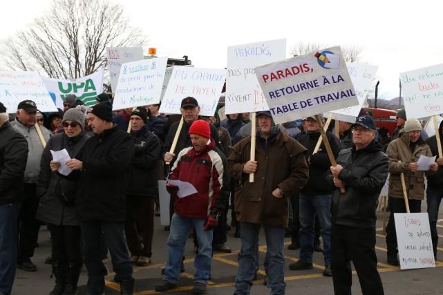 Les manifestants se sont réunis dans le stationnement... (Photo Janick Marois)