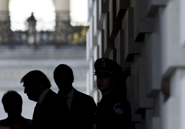 La silhouette de Trump à sa sortie du... (AFP)
