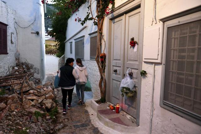 Des fleurs et des chandelles ont été déposées... (AFP, LOUISA GOULIAMAKI)