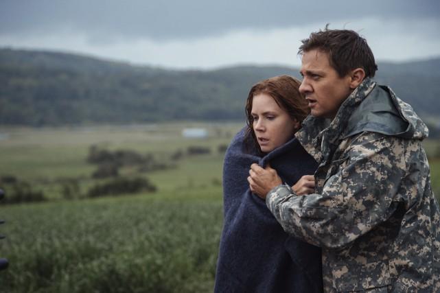Jeremy Renner et Amy Adams, qui tiennent la... (Jan Thijs, Paramount Pictures)