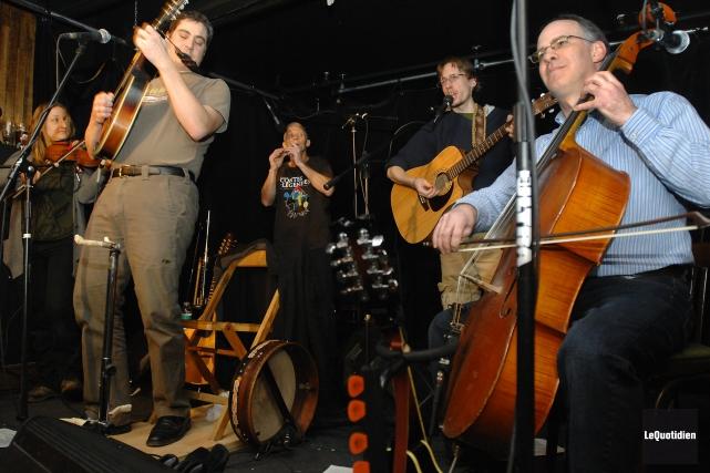 Spécialisé dans la musique traditionnelle, le groupe les... (Archives Le Quotidien, Michel Tremblay)