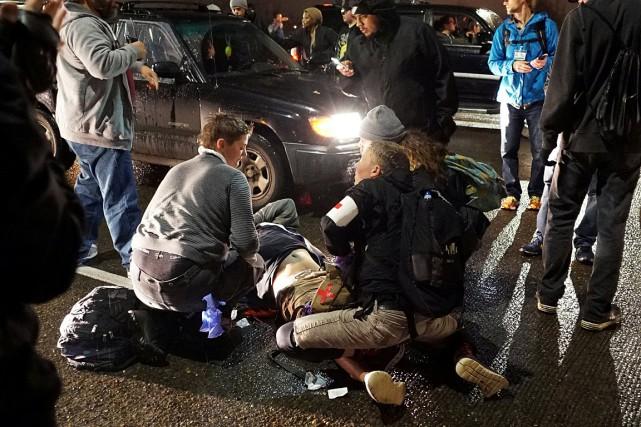 Une personne reçoit les premiers soins après avoir... (PHOTO Cole Howard, REUTERS)