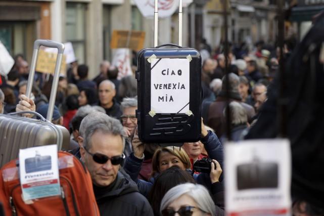 Des manifestants brandissent des valises pour dénoncer la... (AP)