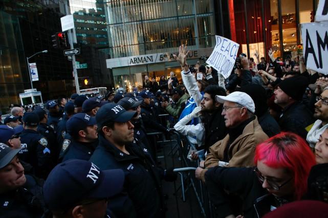 À New York, au moins 5000 personnes ont... (PHOTO KENA BETANCUR, AFP)