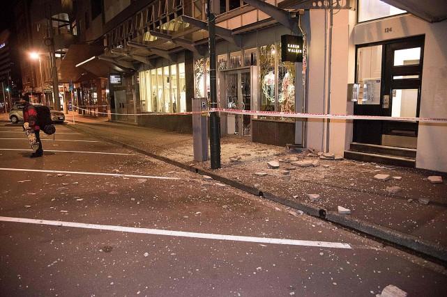 Des débris d'immeubles sont tombés sur un trottoir... (PHOTO MARTY MELVILLE, AFP)