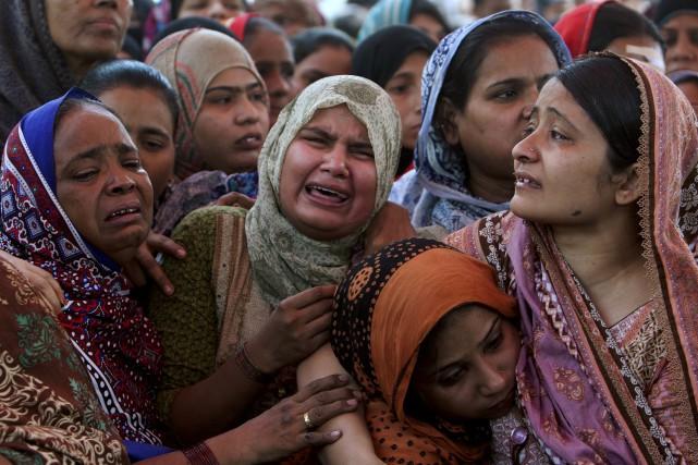 Des femmes pleurent la mort de leurs proches... (AP, Shakil Adil)