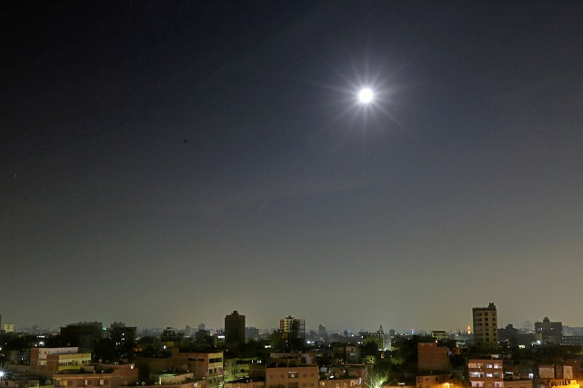 La « super lune » apparaît dans le ciel du... (Photo Mohamed Abd El Ghany, archives REUTERS)