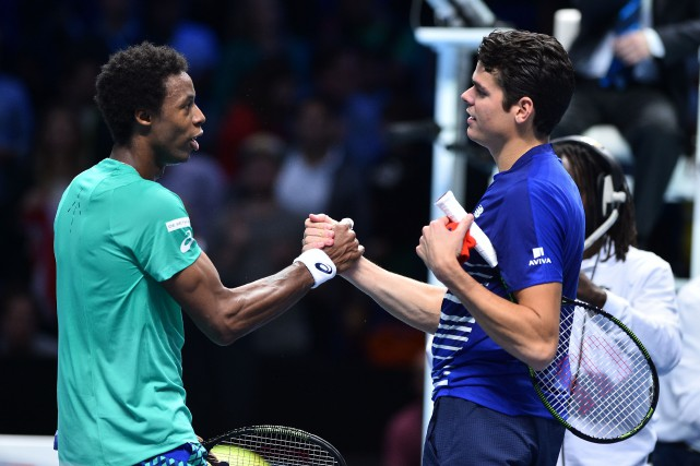 Gaël Monfils et Milos Raonic se serrent la main... (Photo AFP)