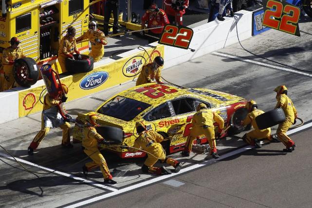 Joey Logano a accédé à la finale du championnat de NASCAR en l'emportant,... (Photo AP)