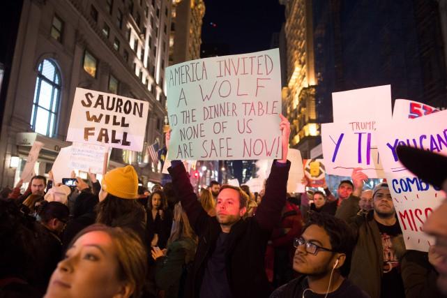 Les gens qui manifestent depuis le lendemain de... (AFP)