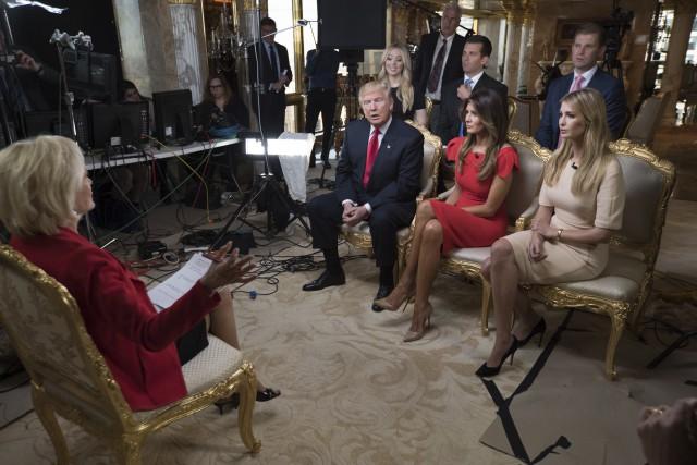 Donald Trump, entouré de sa femme et de... (AP)