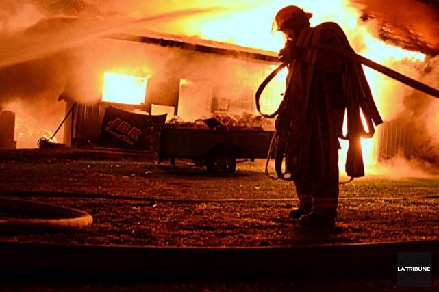 Un incendie d'une rare violence a réduit en cendre un bâtiment agricole situé... (Archives La Tribune)