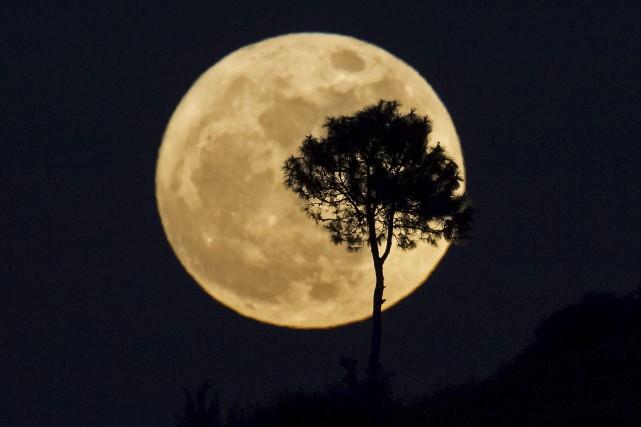 La «super Lune» était visible dans le ciel... (AFP, Ye Aung Thu)