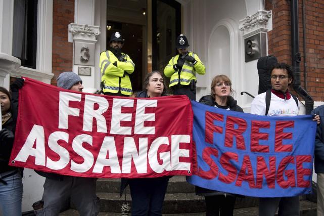 Une poignée de partisans deJulian Assanges'est rassemblée, lundi,... (AFP, Justin Tallis)