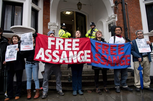 Des supporters de Julian Assange ont manifesté lundi devant l'ambassade... (PHOTO AFP)