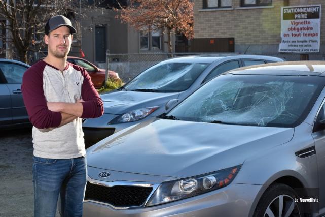 Benjamin Vanesse devant sa voiture vandalisée.... (François Gervais, Le Nouvelliste)