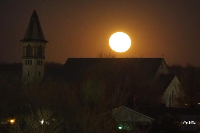 La «super Lune» a offert tout un spectacle... (Alain Dion, La Voix de l'Est)