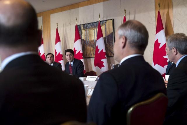 Justin Trudeau, avec Bill Morneau à sa droite,... (La Presse canadienne)