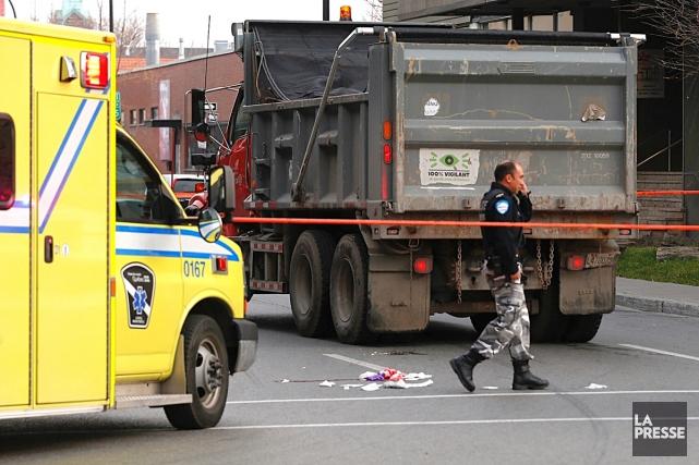 Une piétonne a été heurtée par un camion de la ville de Montréal au coin des... (PHOTO PATRICK SANFAÇON, LA PRESSE)
