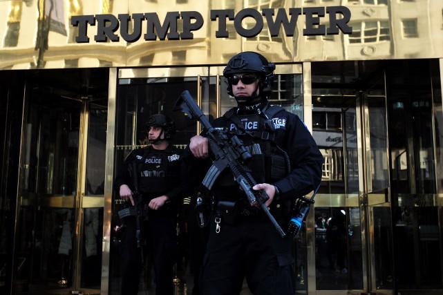 Des dizaines de policiers montent la garde jour... (Photo Jewel Samad, Agence France-Presse)