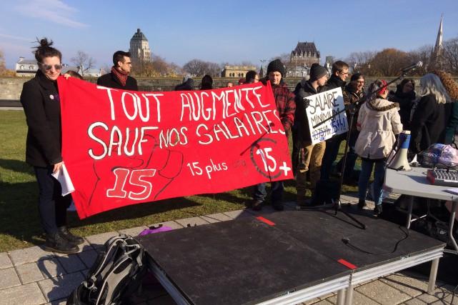 Ils étaient une cinquantaine devant l'Assemblée nationale mardi... (Le Soleil, Baptiste Ricard-Châtelain)