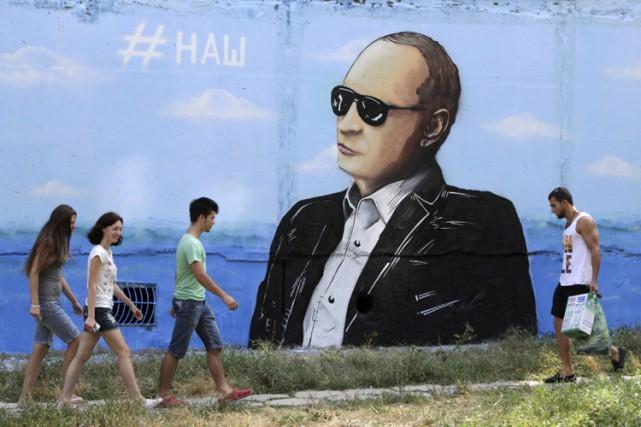 Une muraille dépeignant Vladimir Poutine àSimferopol, capitale de... (PHOTO REUTERS)