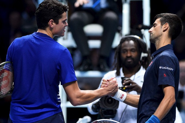 Novak Djokovic (à droite) a battu Milos Raonic... (AFP)