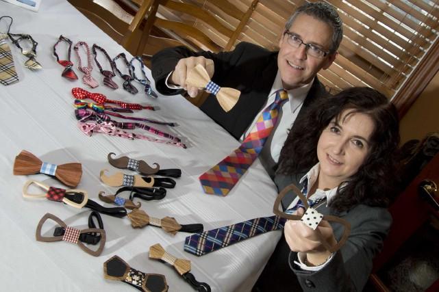 Réjean Trottier et Josée Francoeur montrent leurs produits... (Sylvain Mayer, Le Nouvelliste)