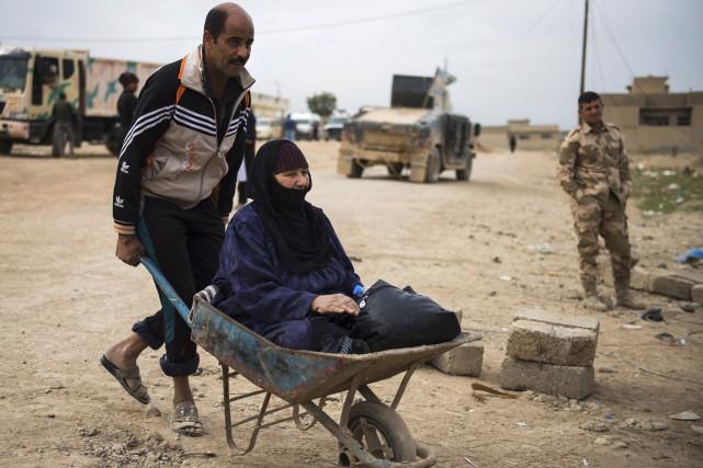 Un Irakien quitte Mossoul en compagnie de sa... (AFP, Odd Andersen)