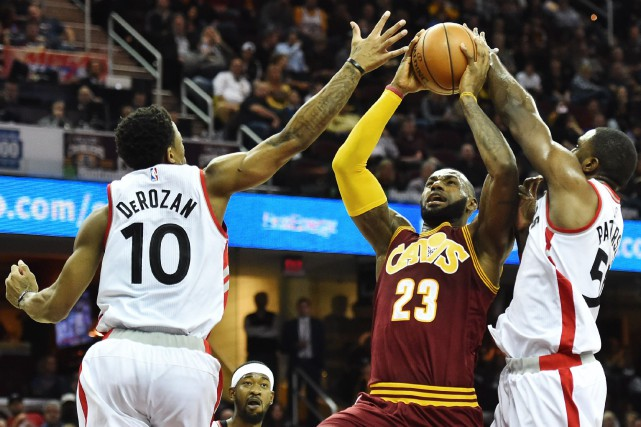 LeBron James face à DeMar DeRozan et Patrick Patterson... (PHOTO Ken Blaze, USA Today Sports)