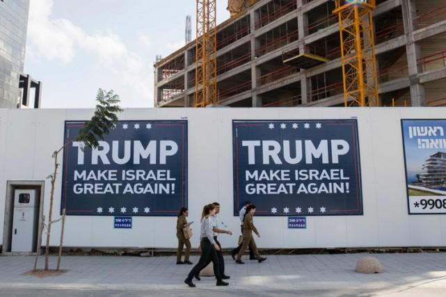 Des affiches pro-Trump sont apparues à Tel-Aviv quelques... (PHOTO AFP)