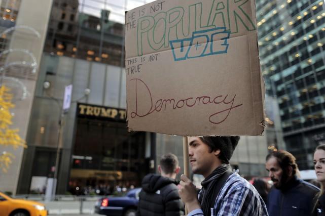 Plusieurs personnes manifestent devant la Trump Tower, à... (AP, Julie Jacobson)