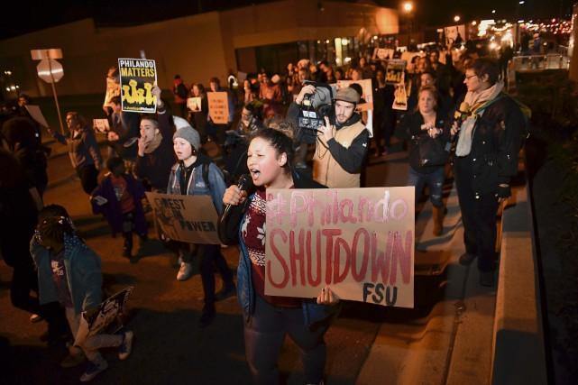 Des gens ont manifesté, mercredi soir, à St.... (AP, Aaron Lavinsky)