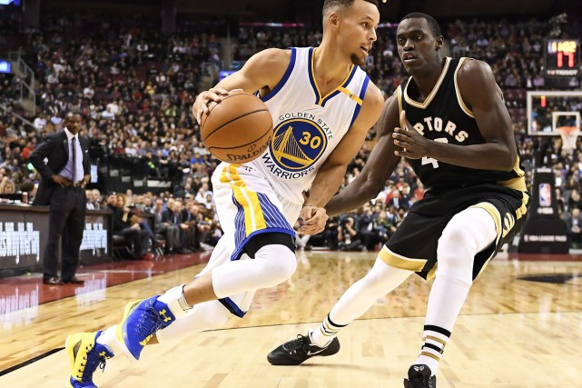 Stephen Curry face à Pascal Siakam... (PHOTO Frank Gunn, PC)