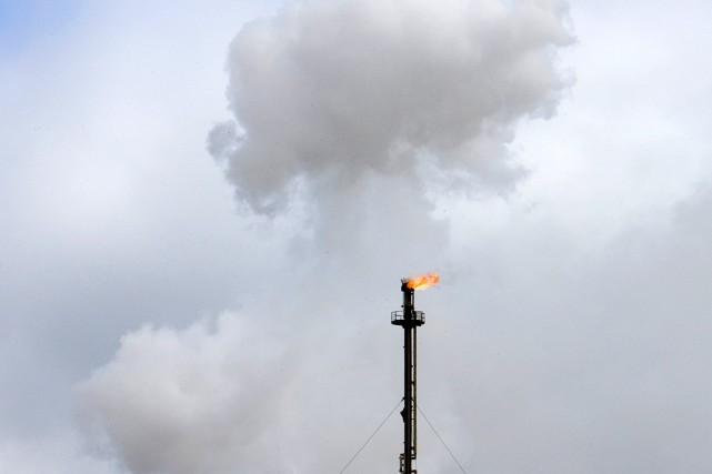 Des gaz s'échappent d'une usine pétrochimique, en Alberta....