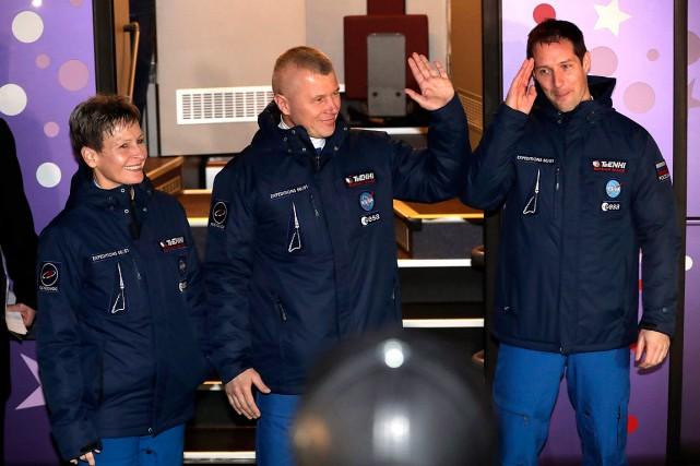 L'Américaine Peggy Whitson (à gauche),le Russe Oleg Novitsky... (Dmitri Lovetsky, AP)