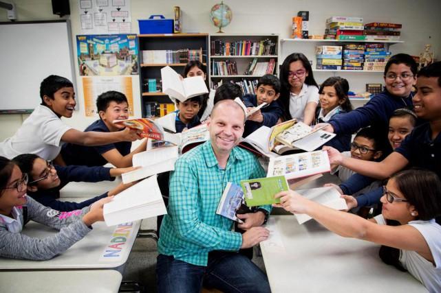 Patrick Colmor et ses élèves de 6e année,... (PHOTO ALAIN ROBERGE, LA PRESSE)