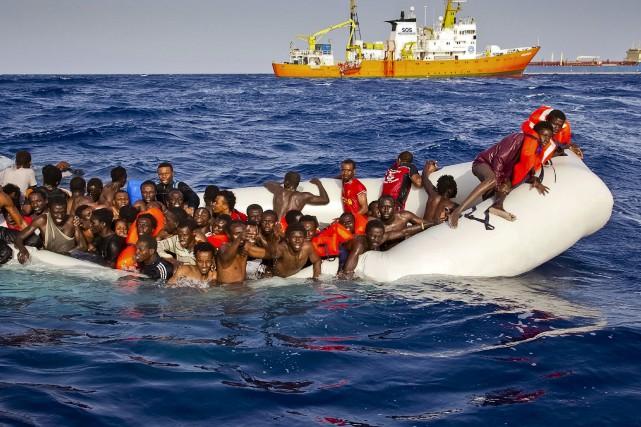 Des migrants appellent à l'aide alors que leur... (AP)