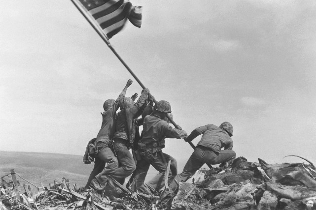 Des soldats hissant le drapeau américain à Iwo... (AP)