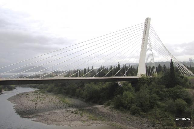 Le pont du Millénaire est une des rares... (La Tribune, Jonathan Custeau)